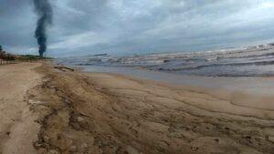 Parque Nacional Morrocoy sumergido en marea negra